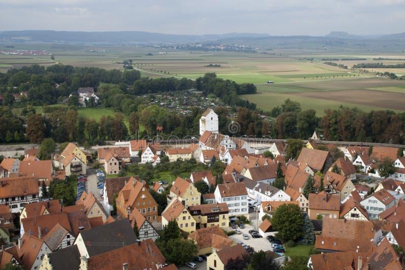 Άποψη της παλαιάς περιτοιχισμένης πόλης στην περιβάλλουσα επαρχία στοκ εικόνες