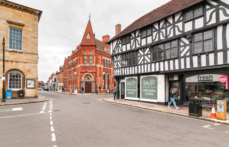 Άποψη της παλαιάς τράπεζας της HSBC που στηρίζεται στην οδό παρεκκλησιών σε Stratford επάνω στην πόλη Avon, UK στοκ φωτογραφίες