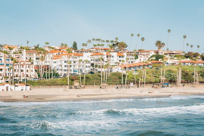 Άποψη της παραλίας από την αποβάθρα στο Σαν Κλεμέντε, Κομητεία Orange, Καλιφόρνια στοκ φωτογραφίες με δικαίωμα ελεύθερης χρήσης
