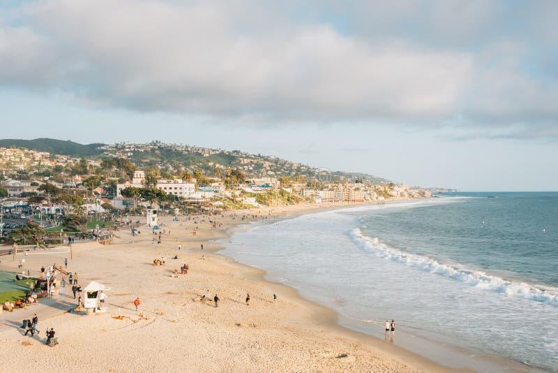 Άποψη της παραλίας και των λόφων από το πάρκο Heisler, στο Λαγκούνα Μπιτς, Κομητεία Orange, Καλιφόρνια στοκ εικόνες