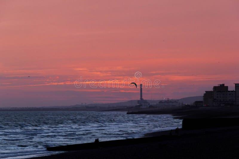 Άποψη της παραλίας σκιαγραφιών και του ουρανού ηλιοβασιλέματος στοκ εικόνες