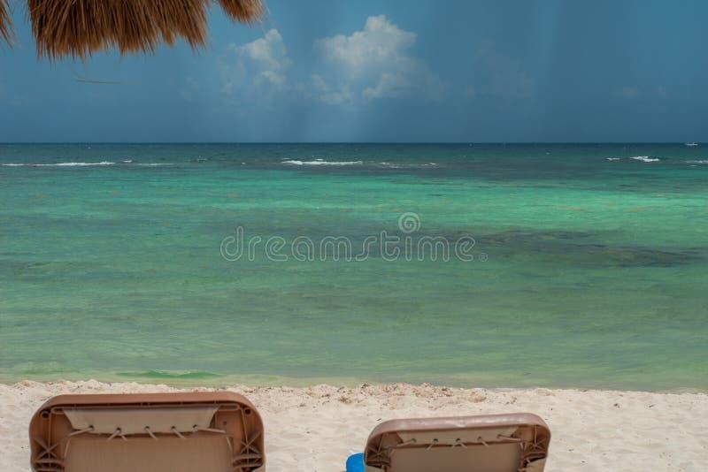 Άποψη της παραλίας Tulum, με μια θερινή θύελλα που έρχεται, στη μεξικάνικη Yucatan χερσόνησο στοκ εικόνες