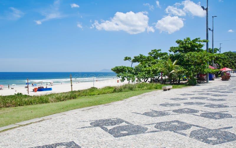Άποψη της παραλίας Barra DA Tijuca με τους φοίνικες και του μωσαϊκού του πεζοδρομίου στοκ φωτογραφία με δικαίωμα ελεύθερης χρήσης