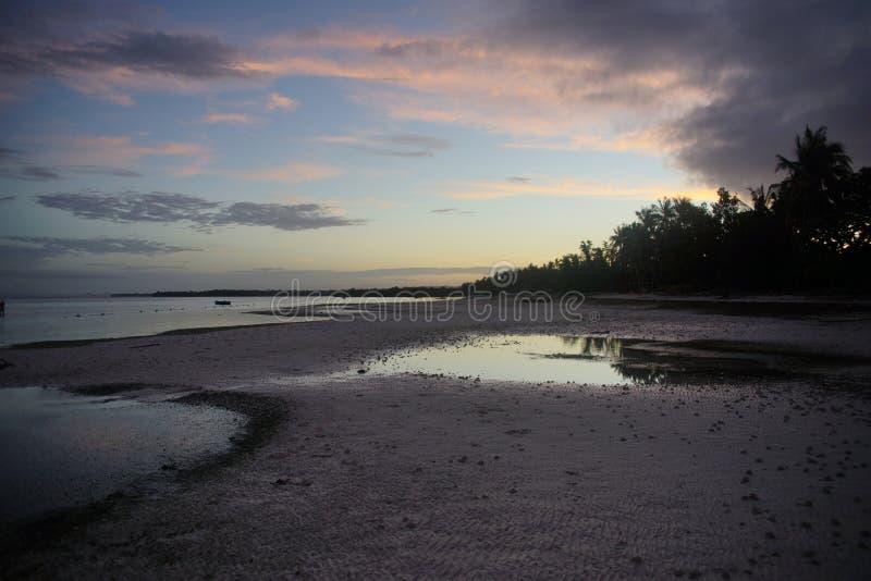 Άποψη της παραλίας Taljo, Panglao, Bohol, Φιλιππίνες στην ανατολή στοκ εικόνα με δικαίωμα ελεύθερης χρήσης