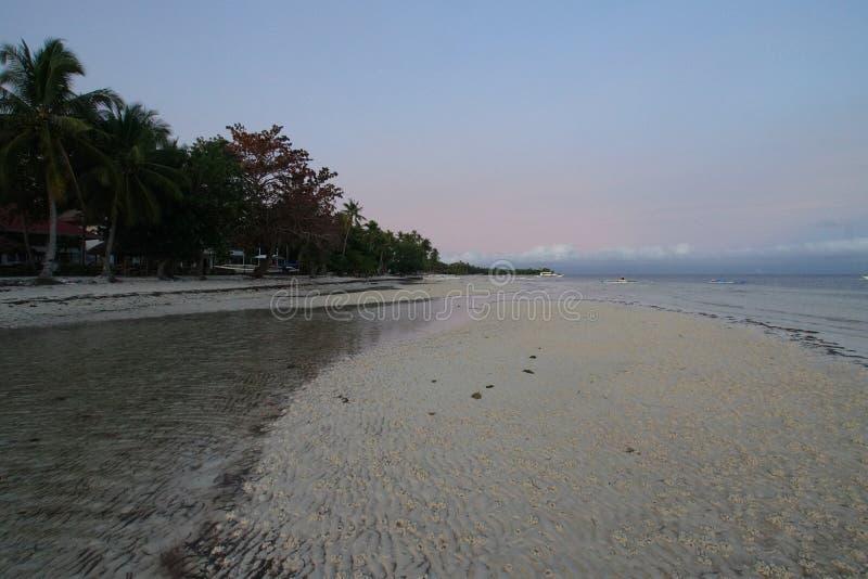 Άποψη της παραλίας Taljo, Panglao, Bohol, Φιλιππίνες στην ανατολή στοκ εικόνα