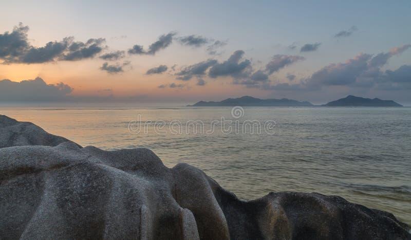Άποψη της πηγής δ ` Argent Praslin Anse στο Λα Digue Σεϋχέλλες στοκ εικόνα