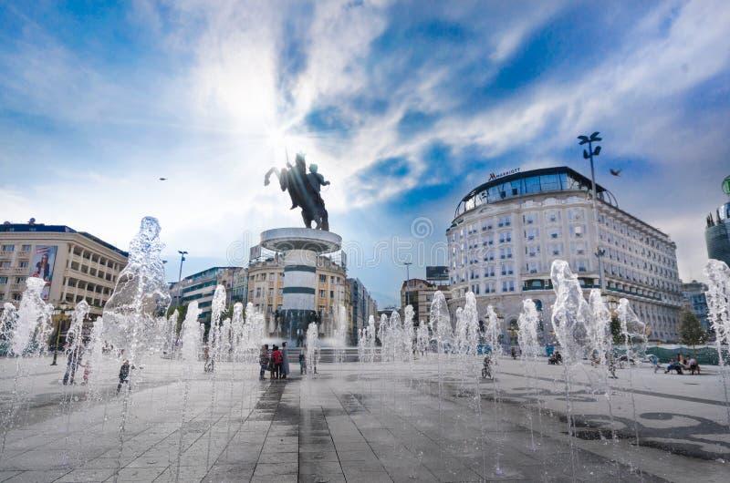 άποψη της πλατείας της Μακεδονίας που εξουσιάζεται από το άγαλμα του Αλεξάνδρου το μεγάλο στο skopje και τις χορεύοντας πηγές ανα στοκ φωτογραφίες