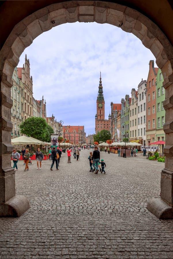 Άποψη της Πολωνίας Γντανσκ στις 13 Σεπτεμβρίου 2018 μέσω μιας πύλης πόλεων, στη καρδιά της πόλης του Γντανσκ, των πεζουλιών των α στοκ εικόνες