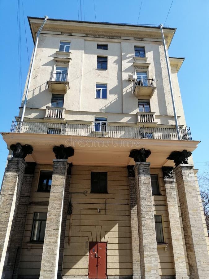 άποψη της πρόσοψης του κτηρίου με τις στήλες, γλυπτά στοκ εικόνα με δικαίωμα ελεύθερης χρήσης