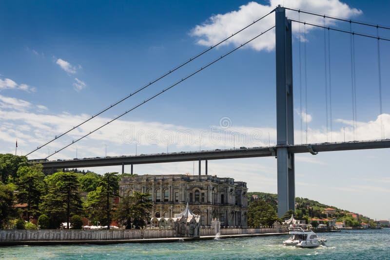 Άποψη της πρώτης γέφυρας του Βοσπόρου Σκάφη που περνούν μέσω της γέφυρας που συνδέει την Ευρώπη και την Ασία Κωνσταντινούπολη Του στοκ φωτογραφία
