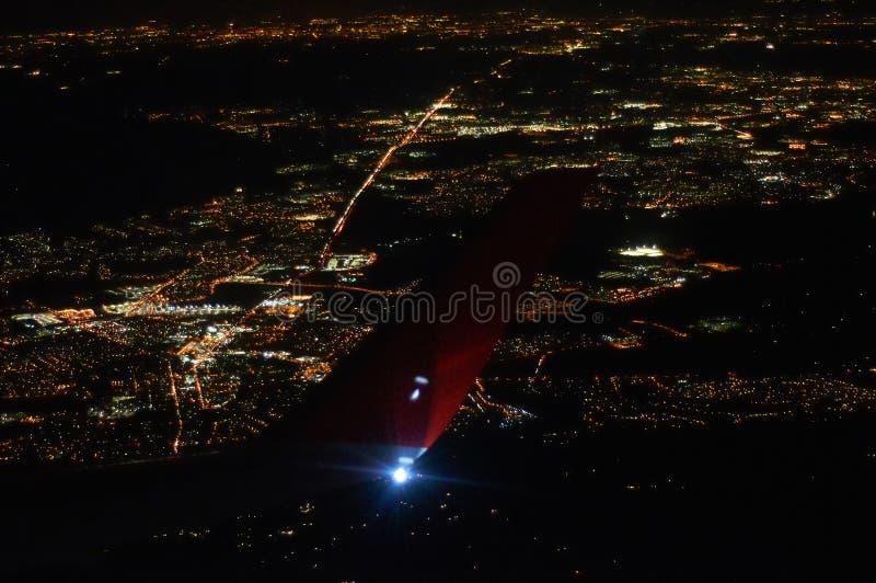 Άποψη της πόλης νύχτας κάτω από το φτερό του αεροπλάνου στοκ φωτογραφίες με δικαίωμα ελεύθερης χρήσης