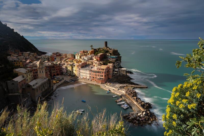 Άποψη της πόλης Vernazza στο φως πρωινού στοκ φωτογραφία με δικαίωμα ελεύθερης χρήσης