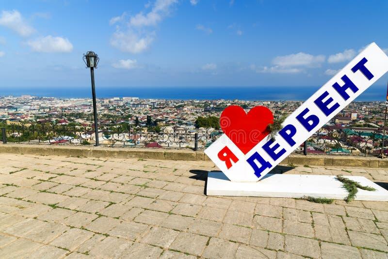 Άποψη της πόλης Derbent Γλυπτό Ι αγάπη Derbent Δημοκρατία του Νταγκεστάν, Ρωσία στοκ φωτογραφία με δικαίωμα ελεύθερης χρήσης