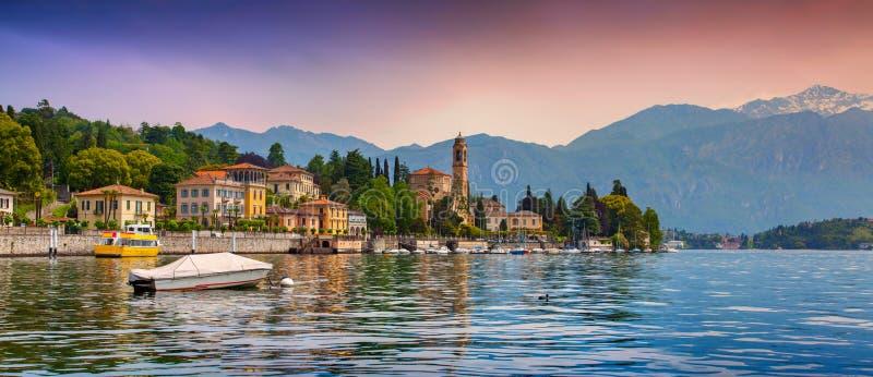 Άποψη της πόλης Mezzegra, ζωηρόχρωμο βράδυ στη λίμνη Como στοκ φωτογραφία