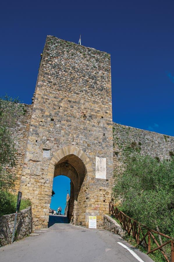 Άποψη της πύλης και του πύργου στους τοίχους σε μια ηλιόλουστη ημέρα στο χωριό Monteriggioni στοκ εικόνες