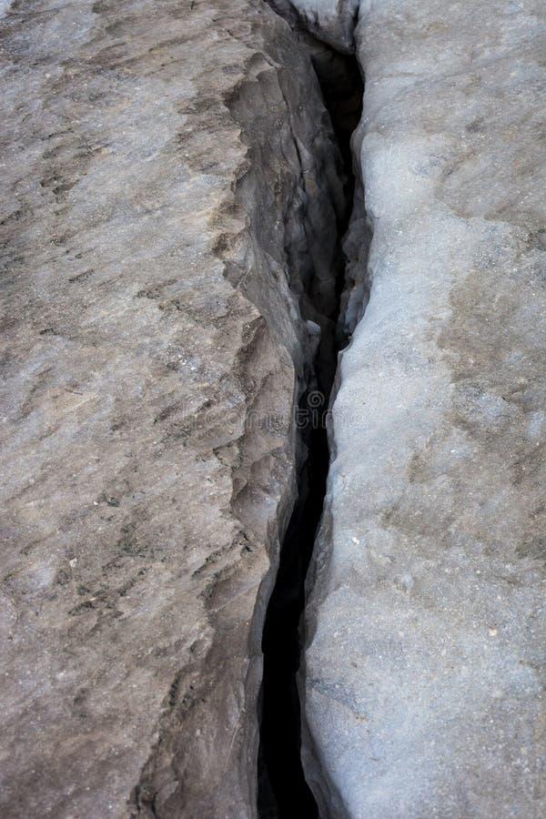 Άποψη της ρωγμής στη μεγάλη πλάκα ασβεστόλιθων - σύσταση βράχου στοκ εικόνες με δικαίωμα ελεύθερης χρήσης