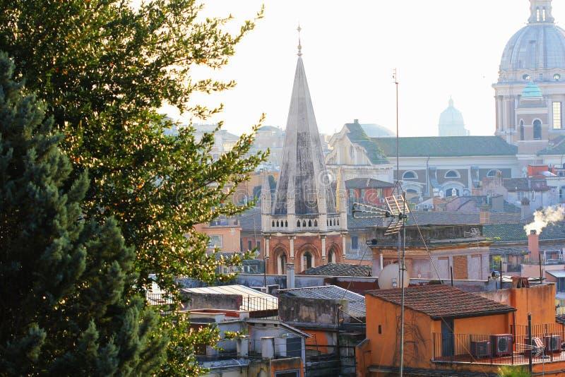 Άποψη της Ρώμης από το λόφο Borghese βιλών Ο κωνικός πύργος ανήκει σε όλους τους Αγίους Αγγλικανική Εκκλησία στοκ εικόνα