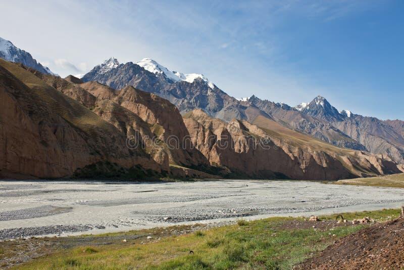 Άποψη της σειράς βουνών, η κοιλάδα η κοίτη ποταμού στοκ εικόνα με δικαίωμα ελεύθερης χρήσης