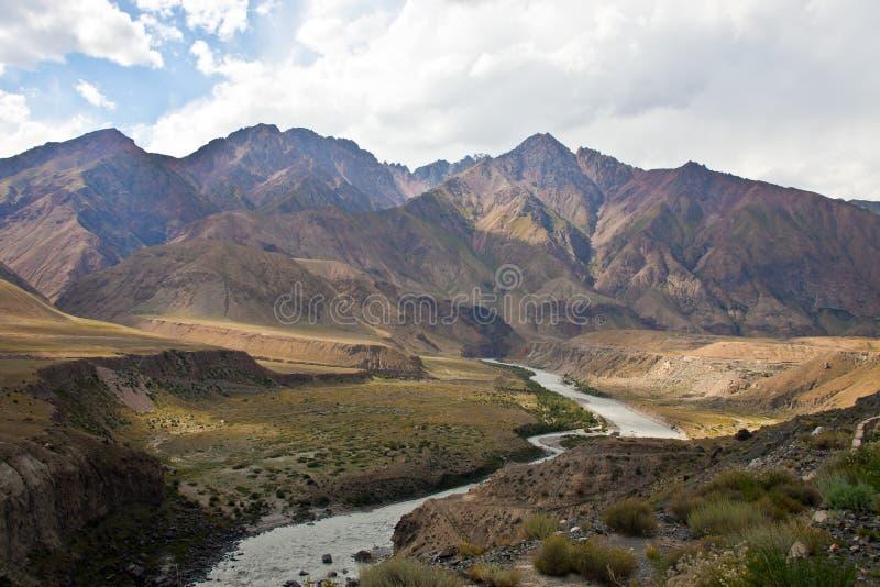Άποψη της σειράς βουνών, και κοιλάδα ποταμών κοιτών πλημμυρών στοκ εικόνα