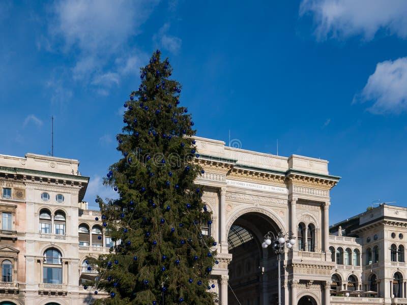 Άποψη της στοάς Vittorio Emanuele ΙΙ και του χριστουγεννιάτικου δέντρου, Μιλάνο στοκ εικόνες