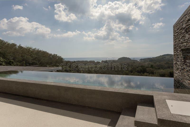 άποψη της σύγχρονης πισίνας ύφους με συμπαθητικό στοκ εικόνα με δικαίωμα ελεύθερης χρήσης