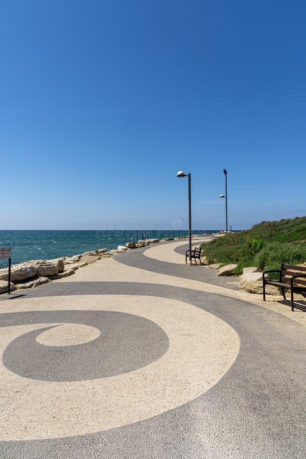 Άποψη της υπέροχα σχεδιασμένης πορείας περπατήματος και ποδηλασίας άμεσα κατά μήκος της ακτής στη λεωφόρο Tel_Aviv, με μια ευρεία στοκ φωτογραφίες με δικαίωμα ελεύθερης χρήσης
