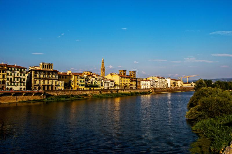 Άποψη της Φλωρεντίας από τον ποταμό Arno στοκ εικόνα