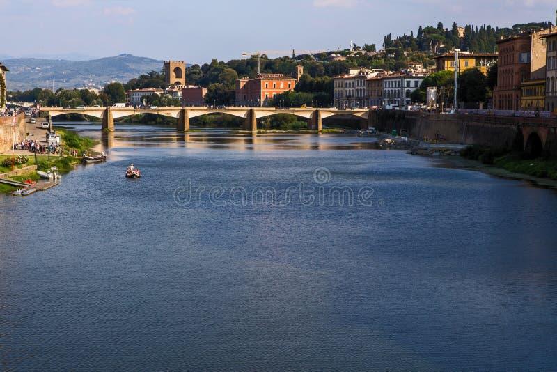 Άποψη της Φλωρεντίας από τον ποταμό Arno στοκ φωτογραφία