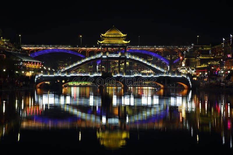 Άποψη της φωτισμένης γέφυρας πετρών σε Fenghuang στοκ εικόνες