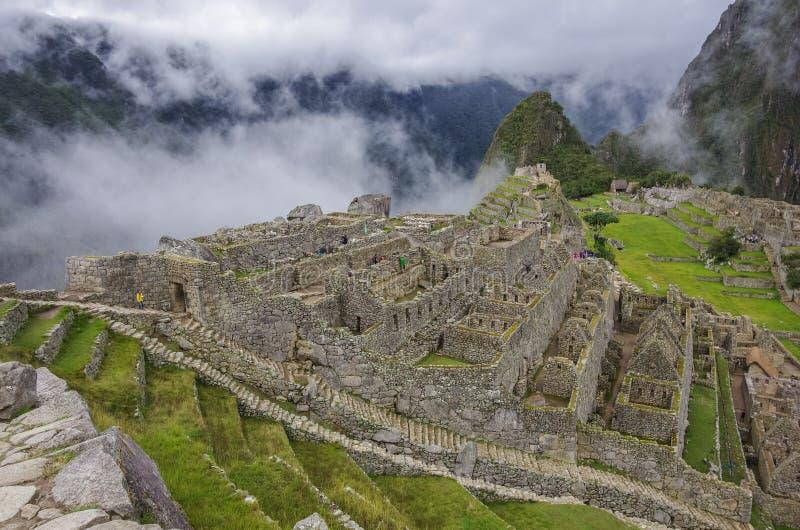 Άποψη της χαμένης πόλης Incan Machu Picchu κοντά σε Cusco Χαμηλό σύννεφο στοκ φωτογραφίες με δικαίωμα ελεύθερης χρήσης