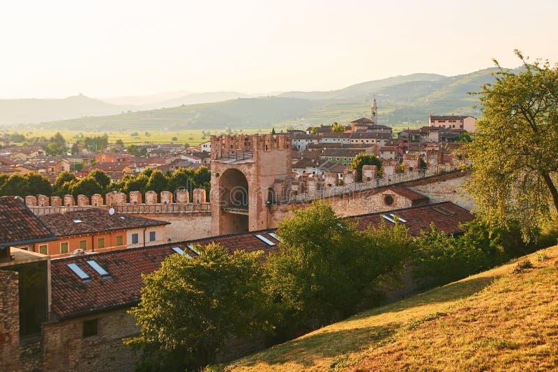 Άποψη της όμορφης μεσαιωνικής πόλης Soave, Ιταλία από το λόφο κάστρων στοκ εικόνα με δικαίωμα ελεύθερης χρήσης
