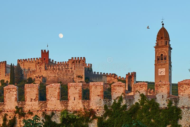 Άποψη της όμορφης μεσαιωνικής πόλης Soave, Ιταλία στο σούρουπο στοκ φωτογραφία με δικαίωμα ελεύθερης χρήσης