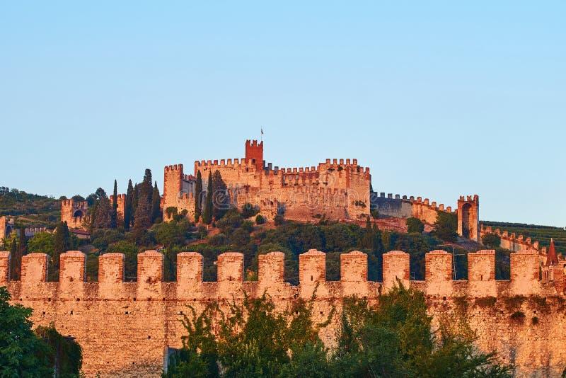 Άποψη της όμορφης μεσαιωνικής πόλης Soave, Ιταλία το βράδυ στοκ φωτογραφία με δικαίωμα ελεύθερης χρήσης