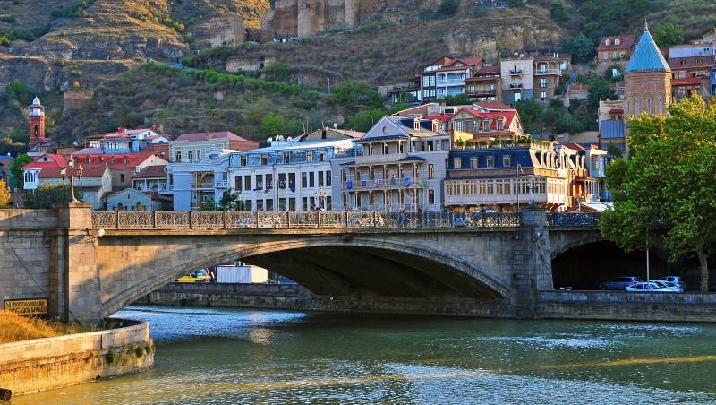 Άποψη της όχθης ποταμού του κέντρου της πόλης του Tbilisi, Γεωργία στοκ εικόνες