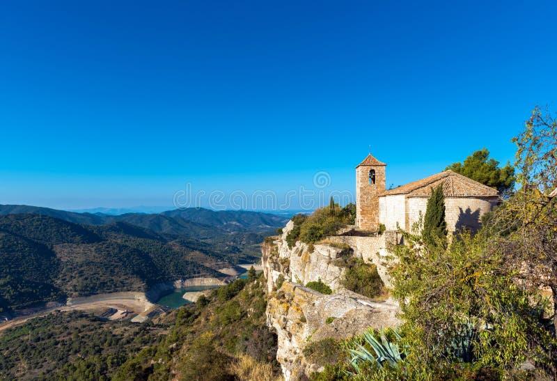 Άποψη της Romanesque εκκλησίας της Σάντα Μαρία de Siurana, Tarragona, Catalunya, Ισπανία Διάστημα αντιγράφων για το κείμενο στοκ εικόνες