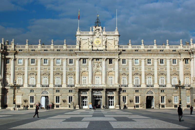 Άποψη της Royal Palace από Plaza de Λα Armeria στη Μαδρίτη, SPA στοκ φωτογραφία με δικαίωμα ελεύθερης χρήσης