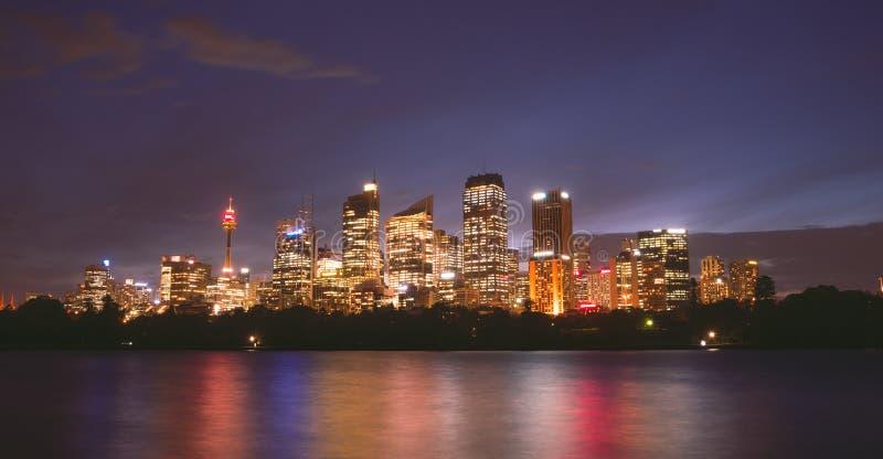 Άποψη τη νύχτα ζωηρόχρωμη ελαφριά Αυστραλία πόλεων του Σίδνεϊ στοκ φωτογραφία