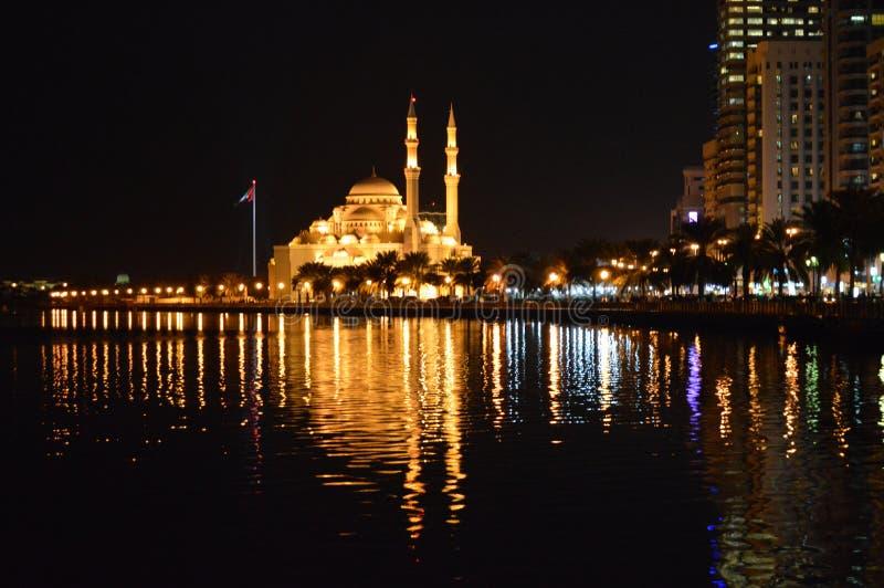 Άποψη τη νύχτα Σάρτζα μουσουλμανικών τεμενών στοκ εικόνες