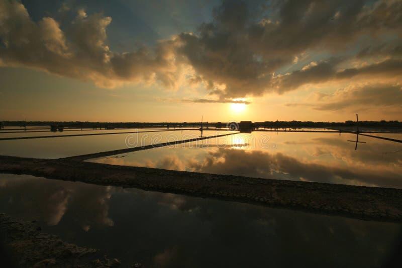 Άποψη τοπίου της ανατολής στη λίμνη ψαριών στοκ φωτογραφίες με δικαίωμα ελεύθερης χρήσης
