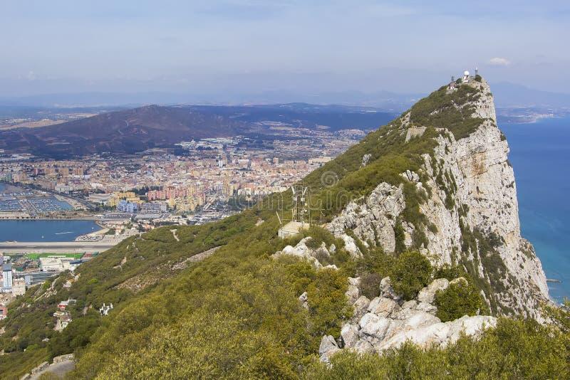 Άποψη τοπίων άνωθεν σχετικά με το βράχο του Γιβραλτάρ και την ισπανική πόλη Linea de Concepción στο Γιβραλτάρ στοκ φωτογραφίες