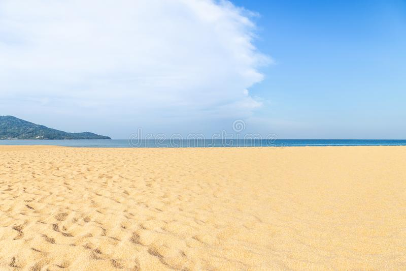 Άποψη τοπίων της κενής τροπικής παραλίας της Mai Khao και της μπλε θάλασσας κάτω από το μπλε ουρανό με το άσπρο σύννεφο στοκ φωτογραφία