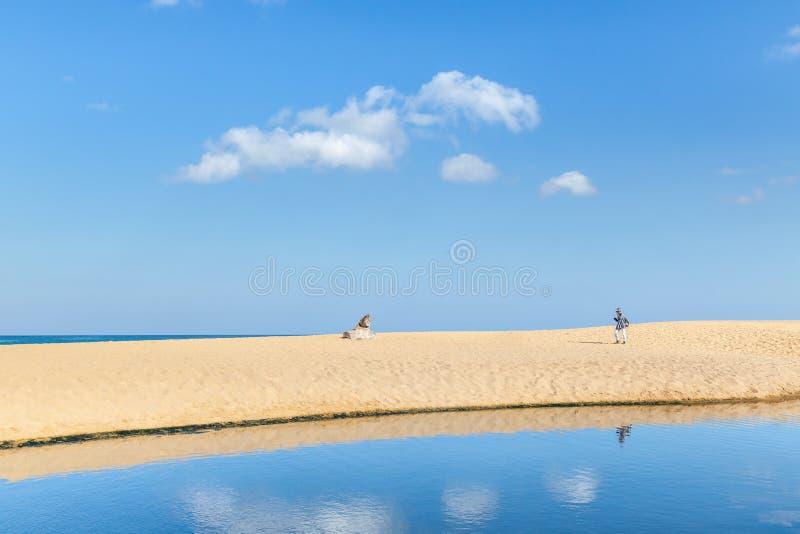 Άποψη τοπίων της κενής τροπικής παραλίας της Mai Khao και της μπλε θάλασσας κάτω από το μπλε ουρανό με το άσπρο σύννεφο στοκ φωτογραφίες