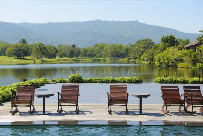Άποψη τοπίων της πισίνας και των καρεκλών με τη θέα βουνού και τη φύση στοκ φωτογραφία με δικαίωμα ελεύθερης χρήσης