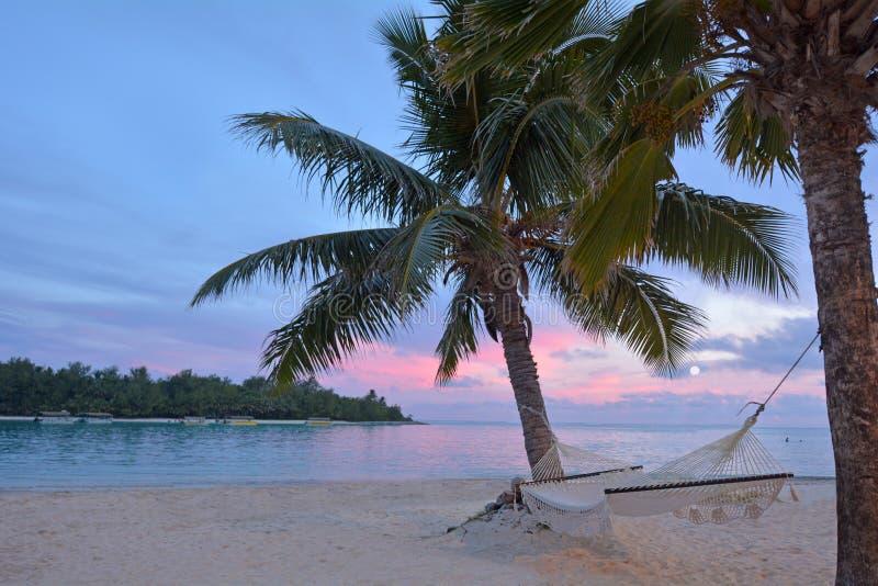 Άποψη τοπίων του ηλιοβασιλέματος πέρα από τη λιμνοθάλασσα Muri με την κενή αιώρα μέσα στοκ φωτογραφίες με δικαίωμα ελεύθερης χρήσης
