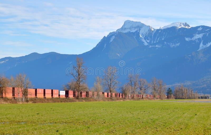 Άποψη τοπίων των αυτοκινήτων και του βουνού ραγών στοκ εικόνες