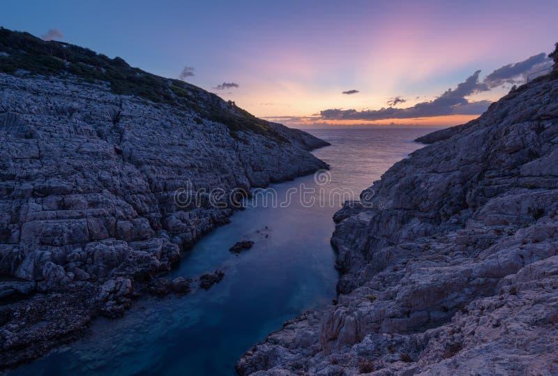 Άποψη τοπίων των δύσκολων σχηματισμών Korakonisi στη Ζάκυνθο, Ελλάδα Όμορφο θερινό ηλιοβασίλεμα, θαυμάσιο seascape στοκ φωτογραφία