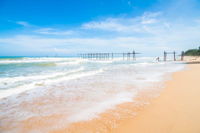 άποψη τοπίων χαλάρωσης φωτός της ημέρας ήλιων άμμου μπλε ουρανού παραλιών θάλασσας για την κάρτα σχεδίου και ημερολόγιο σε Phuket στοκ φωτογραφίες