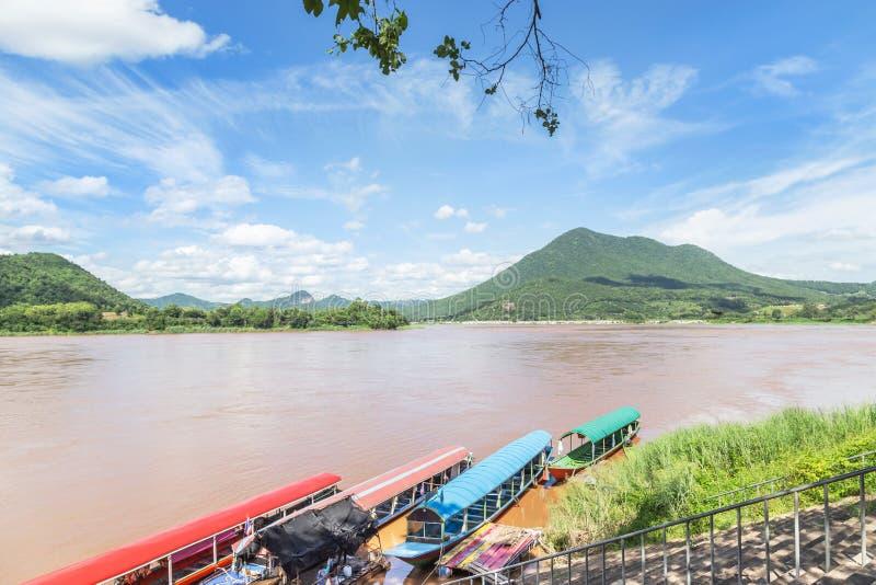 Άποψη τοπίων Kaeng Khut Khu Mekong στον ποταμό με το υπόβαθρο βουνών σε Chiang Khan, Loei, Ταϊλάνδη στοκ εικόνα