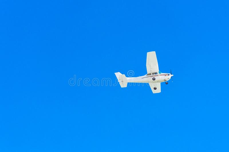 Άποψη του αεροπλάνου ενάντια στο μπλε ουρανό, Μαϊάμι, Φλώριδα, ΗΠΑ Απομονωμένος στην μπλε ανασκόπηση Διάστημα αντιγράφων για το κ στοκ εικόνα