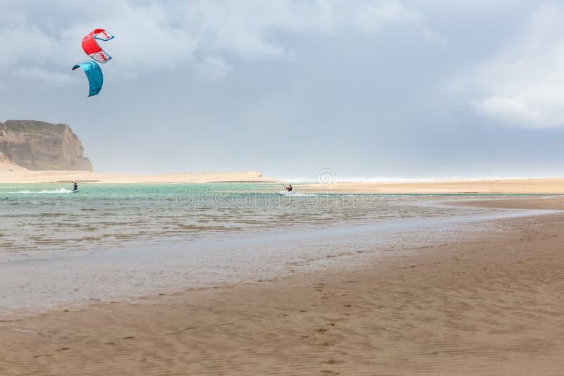 Άποψη του αθλητισμού επαγγελματιών που ασκεί τον ακραίο αθλητισμό ικτίνος-που επιβιβάζεται στη λιμνοθάλασσα Obidos στοκ εικόνες με δικαίωμα ελεύθερης χρήσης